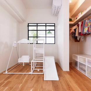 北欧スタイルのおしゃれな子供部屋 (白い壁、無垢フローリング、茶色い床) の写真