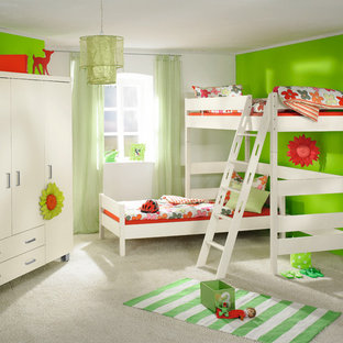 横浜の北欧風 子供部屋の画像 (緑の壁、カーペット敷き)