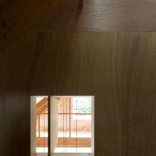 Exempel på ett mellanstort modernt pojkrum kombinerat med sovrum och för 4-10-åringar, med bruna väggar och brunt golv