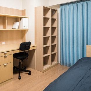 Inspiration för ett litet orientaliskt pojkrum kombinerat med skrivbord, med vita väggar, plywoodgolv och beiget golv