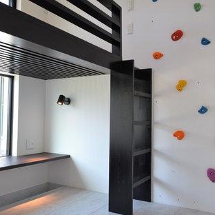 Ejemplo de habitación de niño de 4 a 10 años, minimalista, con escritorio, paredes blancas y suelo de contrachapado