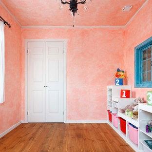 他の地域, のコンテンポラリースタイルのおしゃれな遊び部屋 (ピンクの壁、無垢フローリング、茶色い床) の写真