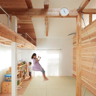 Ejemplo de dormitorio infantil de estilo zen con paredes blancas, suelo de madera clara y suelo beige