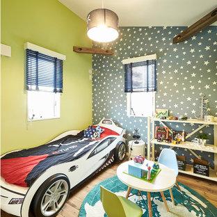 Idéer för att renovera ett funkis pojkrum, med gröna väggar, mellanmörkt trägolv och brunt golv