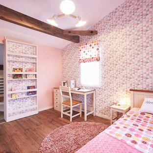 福岡のカントリー風おしゃれな女の子の部屋 (ピンクの壁、濃色無垢フローリング、茶色い床) の写真
