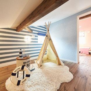 福岡のビーチスタイルのおしゃれな子供部屋 (青い壁、無垢フローリング、茶色い床) の写真