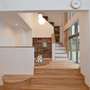 Aménagement d'une petit chambre d'enfant de 1 à 3 ans scandinave avec un mur blanc, un sol en bois clair, un sol marron, un plafond en bois et du papier peint.