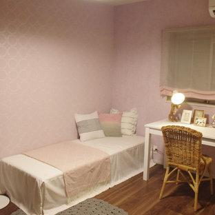 Cette photo montre une chambre de fille de 4 à 10 ans industrielle avec un bureau, un mur rose, un sol en contreplaqué et un sol marron.
