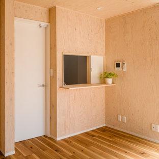 Réalisation d'une chambre d'enfant nordique en bois de taille moyenne avec un mur marron, un sol en bois brun, un sol marron et un plafond en bois.