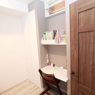 Foto de dormitorio infantil minimalista con paredes blancas y suelo blanco