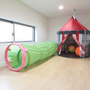 Неиссякаемый источник вдохновения для домашнего уюта: нейтральная детская с игровой в стиле рустика с белыми стенами, полом из фанеры и бежевым полом для ребенка от 4 до 10 лет