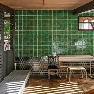 Cette image montre une petit chambre d'enfant asiatique avec un bureau, un sol en bois foncé, un plafond en poutres apparentes et boiseries.