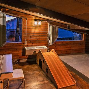 Inspiration pour une petit chambre d'enfant asiatique avec un bureau, un sol en bois foncé, un plafond en poutres apparentes et boiseries.