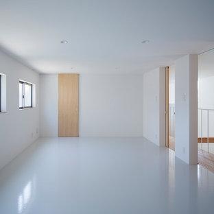 Diseño de dormitorio infantil moderno, de tamaño medio, con paredes blancas, suelo vinílico y suelo blanco