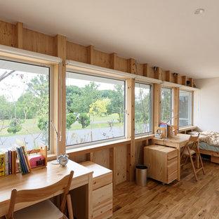 Aménagement d'une chambre d'enfant asiatique avec un mur blanc, un sol en bois brun et un sol marron.
