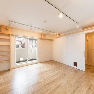 Idée de décoration pour une chambre d'enfant nordique de taille moyenne avec un mur blanc, un sol en bois clair, un sol beige, un plafond en papier peint et un mur en parement de brique.