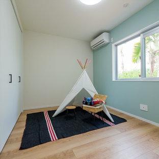 Bild på ett tonårsrum, med blå väggar, plywoodgolv och beiget golv