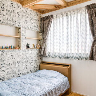 他の地域の小さいカントリー風おしゃれな子供部屋 (白い壁、ティーン向け、無垢フローリング、茶色い床) の写真