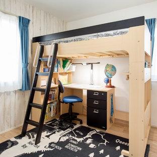 他の地域のモダンスタイルのおしゃれな子供部屋 (マルチカラーの壁、淡色無垢フローリング、ベージュの床) の写真