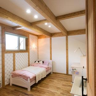 Exempel på ett asiatiskt barnrum kombinerat med sovrum, med vita väggar, ljust trägolv och brunt golv