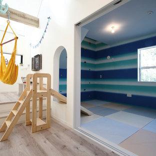 Idéer för ett rustikt könsneutralt barnrum kombinerat med lekrum och för 4-10-åringar, med flerfärgade väggar, plywoodgolv och beiget golv