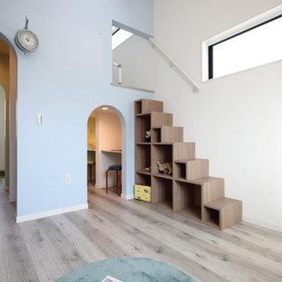 Réalisation d'une chambre d'enfant de 4 à 10 ans nordique avec un mur multicolore, un sol en contreplaqué et un sol beige.