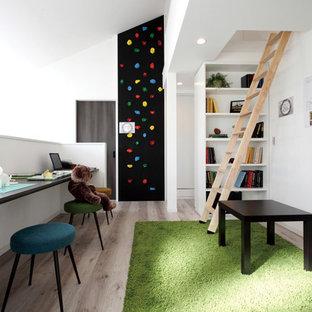 Foto på ett funkis barnrum, med vita väggar, plywoodgolv och brunt golv