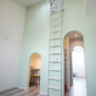 Idée de décoration pour une chambre d'enfant de 4 à 10 ans nordique avec un mur multicolore, un sol en contreplaqué et un sol beige.