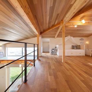 Ispirazione per una cameretta per bambini country con pareti bianche e pavimento marrone
