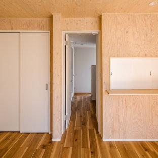 Cette image montre une chambre d'enfant nordique en bois de taille moyenne avec un mur beige, un sol en bois brun, un sol marron et un plafond en bois.