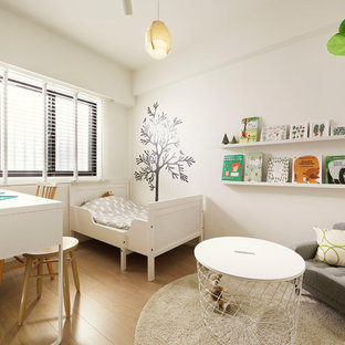 日本 東京23区の男女兼用北欧スタイルの子供の寝室の写真 (白い壁、淡色無垢フローリング、幼児向け、ベージュの床)