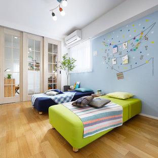 東京23区の北欧風 子供部屋の寝室の画像 (青い壁、淡色無垢フローリング、児童向け)