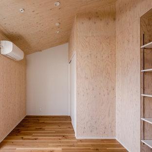 Foto de dormitorio infantil madera, escandinavo, de tamaño medio, madera, con paredes beige, suelo de madera en tonos medios, suelo beige y madera