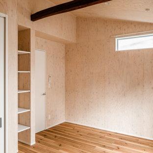 Imagen de dormitorio infantil madera, nórdico, de tamaño medio, madera, con paredes beige, suelo de madera en tonos medios, suelo beige y madera