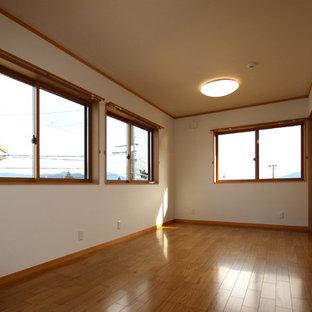 Exempel på ett mellanstort modernt barnrum, med vita väggar, plywoodgolv och brunt golv