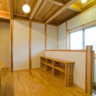 Réalisation d'une chambre d'enfant asiatique avec un mur blanc, un sol en bois brun et un sol beige.