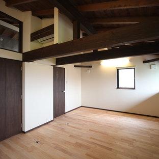 Mittelgroßes, Neutrales Asiatisches Kinderzimmer mit Arbeitsecke, beiger Wandfarbe, hellem Holzboden und braunem Boden in Sonstige