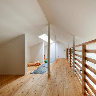 大阪の北欧スタイルのおしゃれな遊び部屋 (白い壁、淡色無垢フローリング、茶色い床) の写真