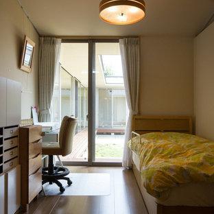 Idéer för mellanstora funkis flickrum kombinerat med skrivbord och för 4-10-åringar, med vita väggar, brunt golv och plywoodgolv