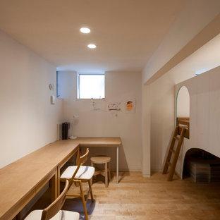 横浜のアジアンスタイルのおしゃれな子供の寝室 (白い壁、淡色無垢フローリング、茶色い床) の写真