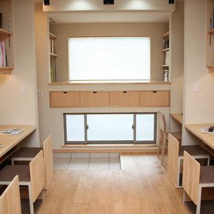 他の地域のアジアンスタイルのおしゃれな勉強部屋 (白い壁、淡色無垢フローリング、ベージュの床) の写真