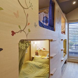 京都のモダンスタイルのおしゃれな遊び部屋 (ベージュの壁、淡色無垢フローリング、茶色い床) の写真