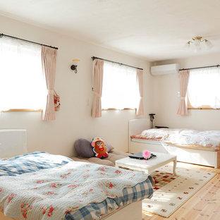 大阪の女の子用アジアンスタイルの寝室の画像 (白い壁、淡色無垢フローリング、児童向け、ベージュの床)