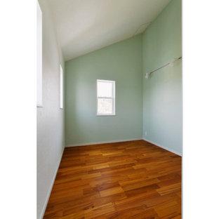 Idee per una cameretta per bambini shabby-chic style con pareti verdi e pavimento in compensato