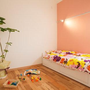 京都の北欧スタイルのおしゃれな子供部屋 (マルチカラーの壁、無垢フローリング、茶色い床) の写真