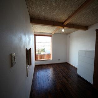 Imagen de dormitorio infantil asiático, pequeño, con escritorio, paredes blancas, suelo de madera oscura y suelo marrón