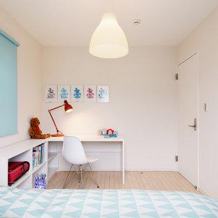 他の地域の北欧スタイルのおしゃれな子供部屋 (白い壁、淡色無垢フローリング、児童向け、ベージュの床) の写真