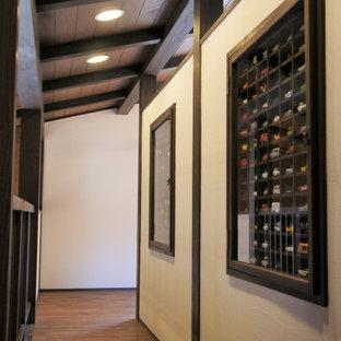 Bild på ett mellanstort könsneutralt barnrum kombinerat med sovrum och för 4-10-åringar, med vita väggar, mörkt trägolv och brunt golv