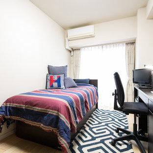 Imagen de dormitorio infantil clásico renovado con escritorio, paredes blancas, suelo de contrachapado y suelo beige