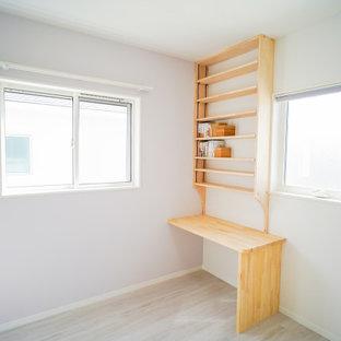 Aménagement d'une chambre d'enfant moderne de taille moyenne avec un mur blanc, un sol en contreplaqué et un sol blanc.